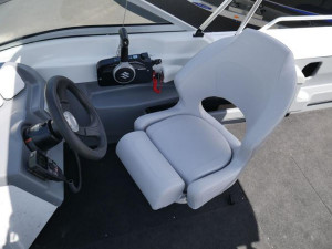 QUINTREX 570 CRUISEABOUT BOW RIDER