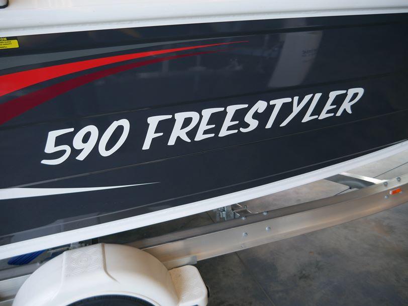 QUINTREX 590 FREESTYLER - BOW RIDER