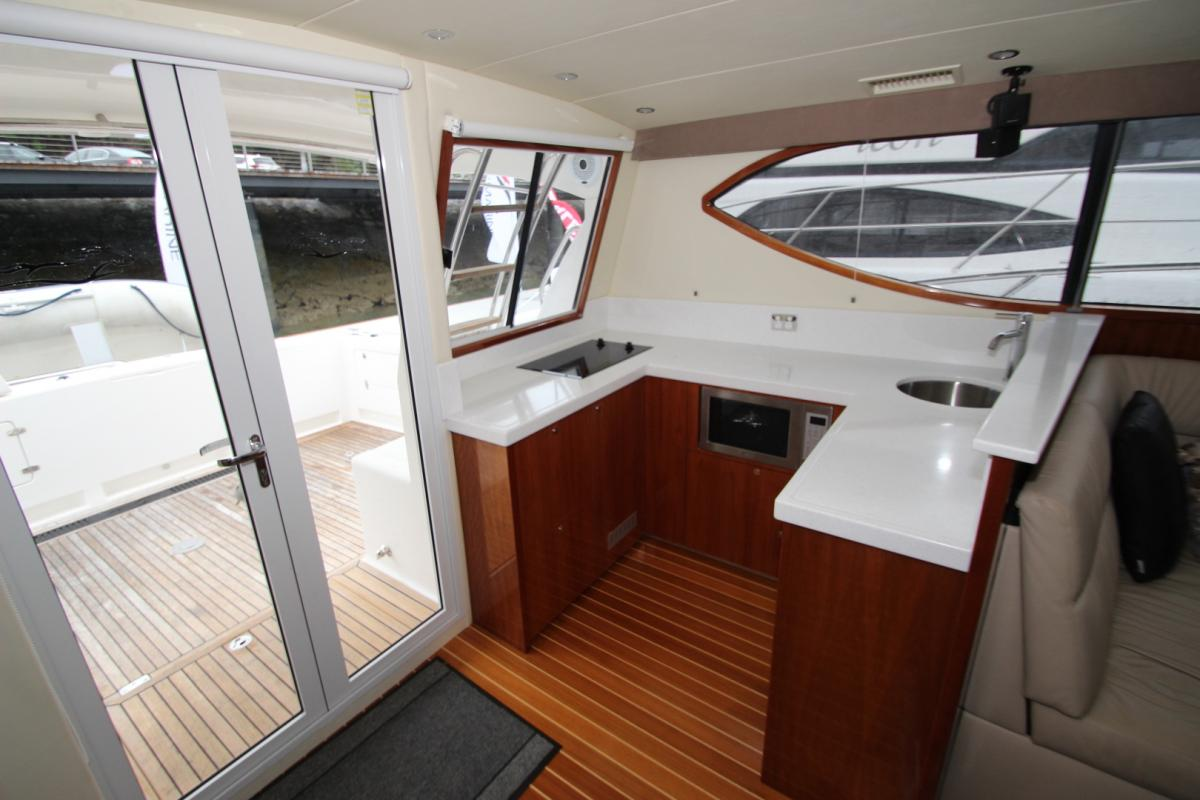 Mustang M43 Glass Enclosed Flybridge